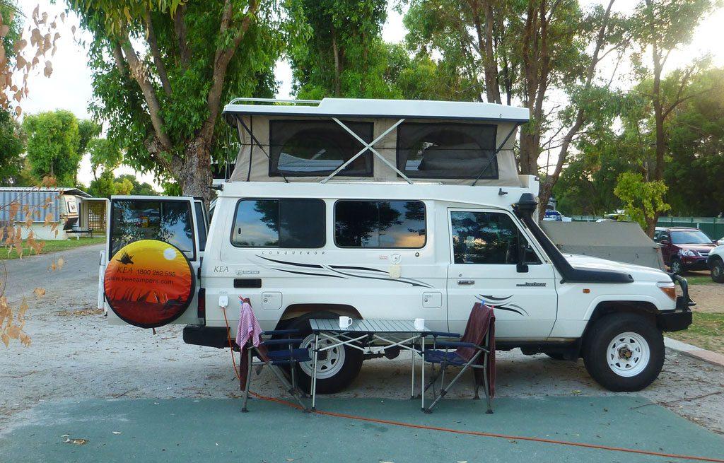 4-WD Camper mit Pop-up Zelt auf dem Dach