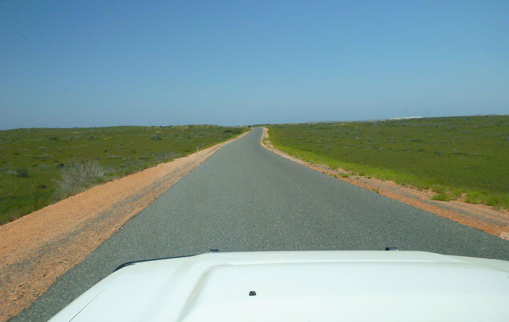 Lange, einspurige Fahrbahn in Australien