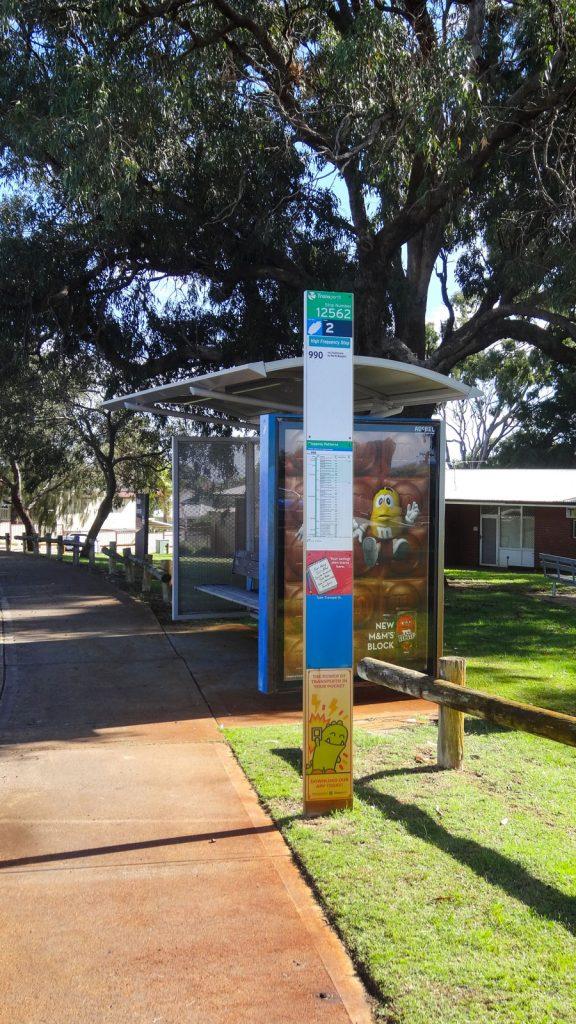 Bushaltestelle mit Sitzmöglichkeit (sehr selten!!!) in Australien