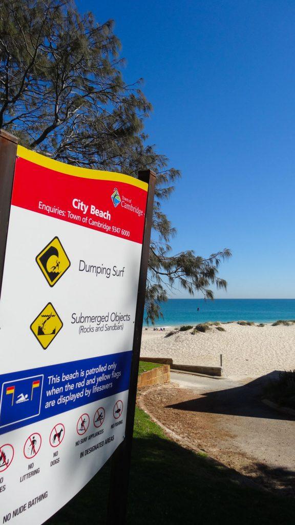 Wegweiser zum City Beach bei Perth