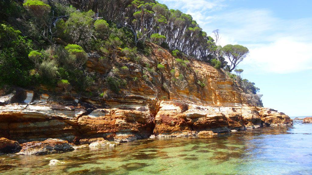 Kleine separate Bucht am Aslings Beach in Eden