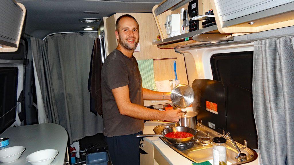 Kochen im Maui Ultima Camper