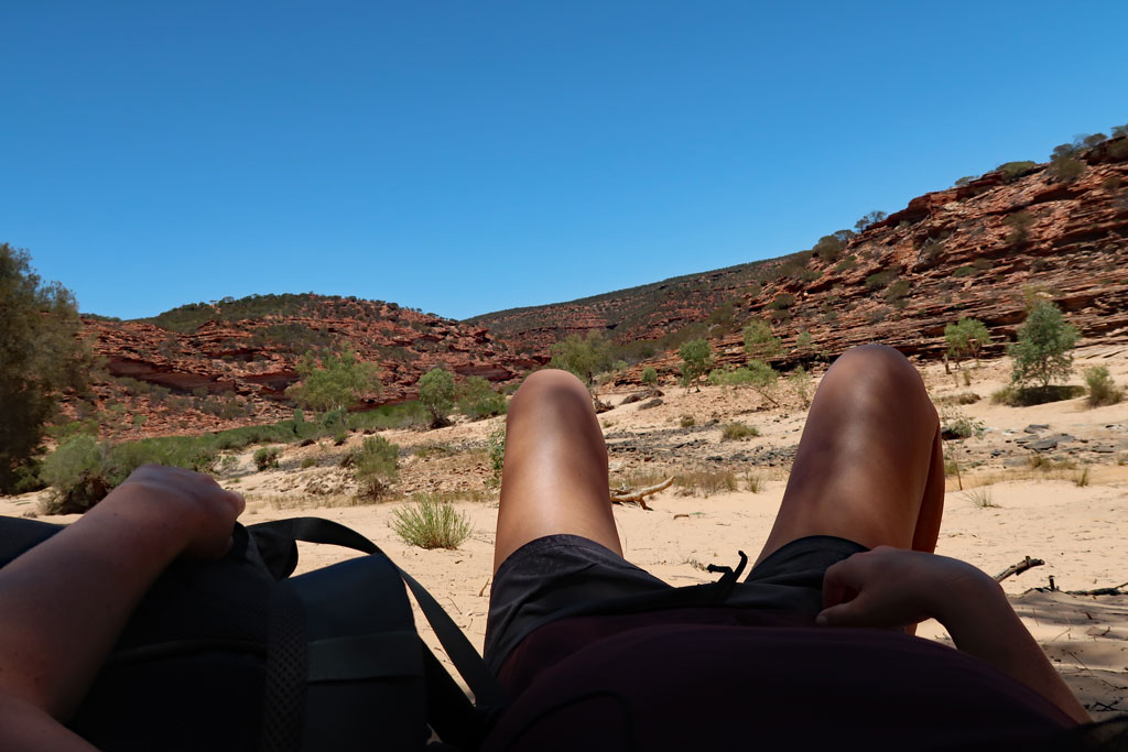Schattenpause am Strand des Murchison River, Kalbarri Nationalpark